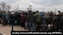 Люди у черзі на контрольно-перепускний пункт у Станиці Луганській, Луганська область, березень 2016 року