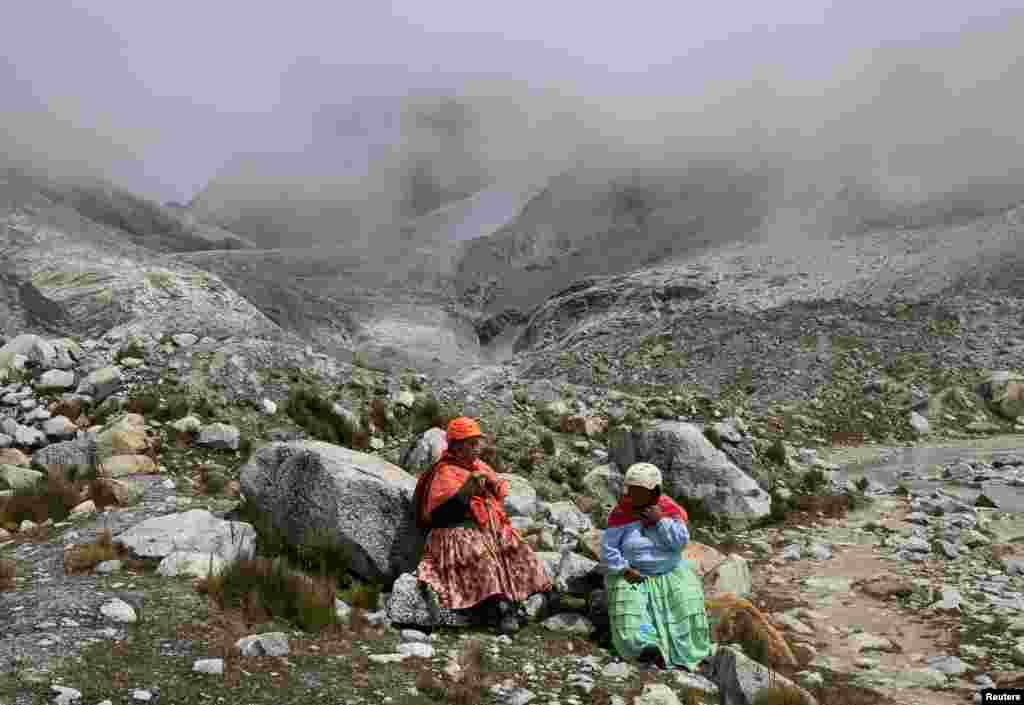 Чтобы справиться с перепадами давления, головной болью и усталостью, альпинистки жуют листья коки. Так же постоянно поступают многие другие местные жители.