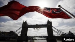 Тауэр көпіріндегі олимпиада белгісі. Лондон, 27 маусым 2012 жыл.