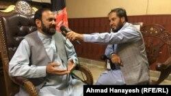 فضلالدین عیار، والی پروان در جریان مصاحبه با خبرنگار رادیو آزادی در پروان