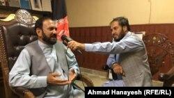 فضل الدین عیار والی پروان (چپ) حین مصاحبه با احمد هنایش خبرنگار رادیو آزادی.