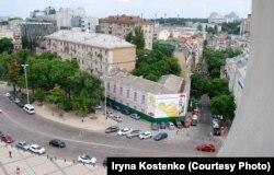Вигляд на історичний будинок (Софіївська 20/21) із дзвіниці Софії Київської. Київ, червень 2018 року