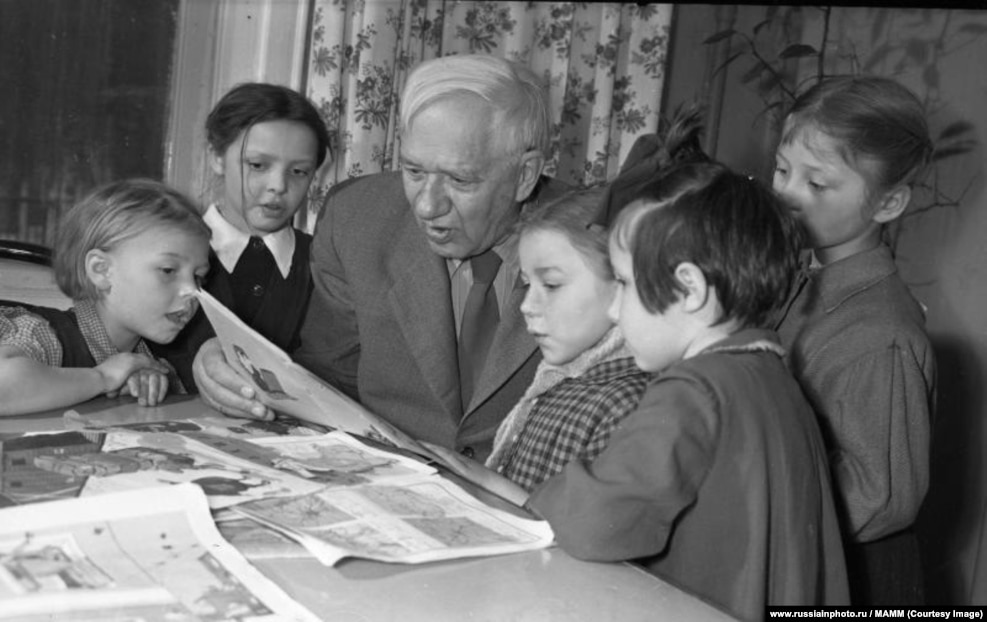 Писатель Корней Чуковский с детьми