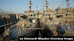 Один із захоплених нині катерів, «Бердянськ» (P175) – ліворуч на цьому знімку у Військовій гавані Одеси, 9 листопада 2018 року