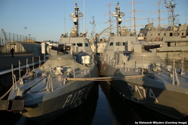 Малі броньовані артилерійські катери (МБАКи) «Аккерман» (P 174) і «Бердянськ» (P 175) у гавані Одеси. 9 листопада 2018 року