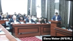 Адвокат бывшего премьер-министра Серика Ахметова Николай Лесник выступает в суде. Караганда, 9 декабря 2015 года.