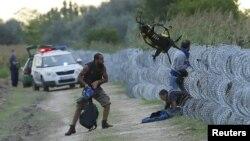 Përpjekje për kalim të murit me tela gjemborë, derisa policia hungareze gjendet në afërsi
