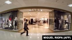 Свои магазины компания открывает по всему миру на самых известных торговых улицах