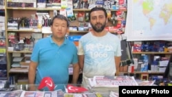 Гражданин Казахстана Нурат Ильяс (слева) с соседом.