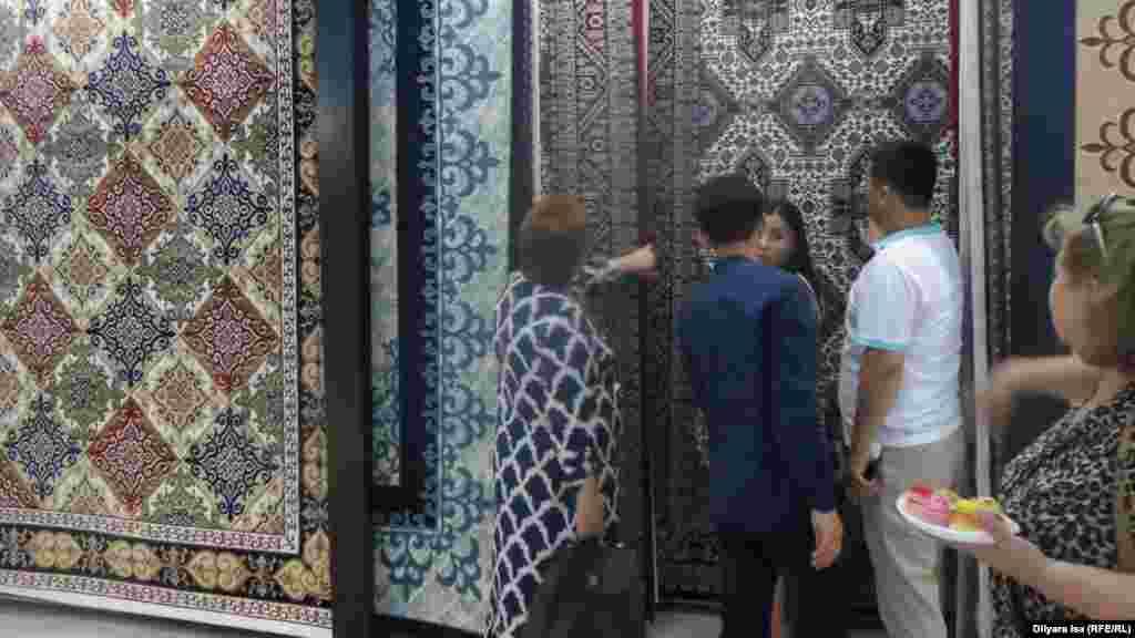 Посетители выставки ковров.