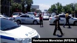 Ոստիկանությունը փակել է ավտոերթի մասնակիցների ճանապարհը, Երևան, 19-ը հունիսի, 2014թ.։