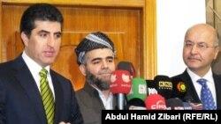 أمير الجماعة الإسلامية علي بابير يتوسط ممثلي حزبي السلطة في إقليم كردستان العراق نيجيرفان بارزاني (يسار) وبرهم صالح (يمين) في مؤتمر صحفي بأربيل.