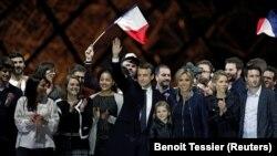 Emmanuel Macron tərəfdarları ilə birlikdə qələbəni bayram edir. 7 may 2017