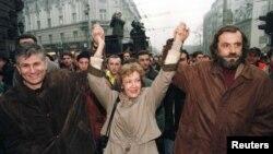 """Protestne šetnje građana su zbog izborne krađe organizovali opoziciona koalicija """"Zajedno"""" i studenti: (na fotografiji Zoran Đinđić, Vesna Pešić i Vuk Drašković)"""