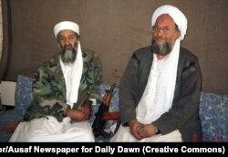 Осама бен Ладен (сол жақта) кеңесшісі әрі ізбасары Айманом әз-Зауахиримен бірге пәкістандық басылымға сұхбат беріп отыр. 2001 жылғы қараша айы.