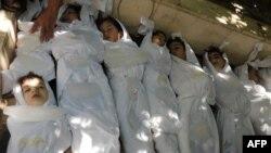 Тела детей, погибших - по мнению повстанцев - в результате химической атаки войск Асада