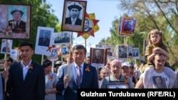Президент Сооронбай Жээнбеков на шествии «Бессмертного полка». Бишкек. 9 мая 2019 года.