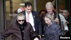 Чоршанба куни Ҳиллари Клинтоннинг эри собиқ президент Билл Клинтон ва қизи Челси билан касалхонадан чиқиб кетаётгани туширилган суратлари эълон қилинди.