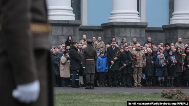 У церемонії вшанування пам'яті загиблих оборонців ДАПу брали участь президент України, міністр оборони, начальник Генерального штабу ЗСУ , родичі та близькі загиблих воїнів, військові