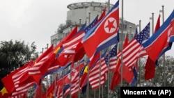 Государственные флаги США, Северной Кореи и Вьетнама подняты перед международным пресс-центром в Ханое. 25 февраля 2019