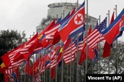 Флаги США, КНДР и Вьетнама перед Международным пресс-центром в Ханое. 25 февраля 2019 года
