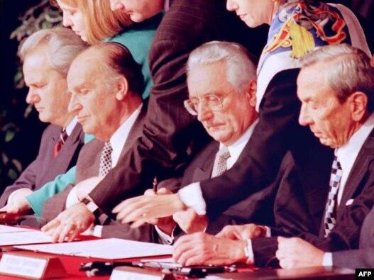 Slobodan Milošević, Alija Izetbegović, Franjo Tuđman i Voren Kristofer na potpisivanju Dejtonskog sporazuma, 21. novembar 2010, baza Wright-Paterson, SAD