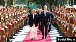 Американскиот секретар за одбрана Џим Матис и генералниот секретар на НАТО, Јенс Столтенберг со претседателот на Авганистан Ашраф Гани во Кабул