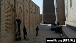 Строители ремтируют здание медресе «Мир Араб» в городе Бухаре.