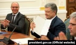Украин тілі туралы заңға қол қойған Украинаның бұрынғы президенті петр Поршенко. 15 мамыр 2019 жыл.