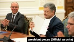 Then-President Petro Poroshenko during the signing of the language law on May 15