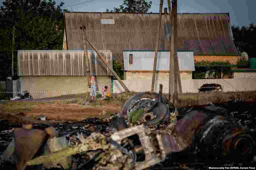 Жителі села Грабове стоять біля місця катастрофи