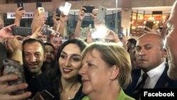 Ангела Меркель фотографируется с жителями столицы