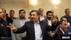 محمود احمدینژاد روز ۲۳ فروردین برای کاندید شدن در انتخابات ریاست جمهوری نامنویسی کرد
