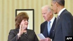 Джулия Пирсон принимает присягу при вступлении в должность руководителя Секретной службы США