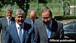 Бан Ки-мун (рост) ва Алмосбек Отамбоев дар Бишкек, 11 июни соли 2015