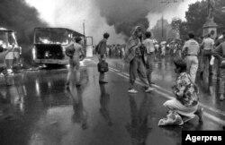 Romania, București, 13 iunie 1900, autobuzele în flăcări din Piața Uiversității