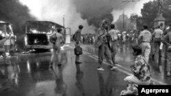 București, 13 iunie 1900, autobuzele în flăcări din Piața Universității (foto: Arhiva Agerpres)