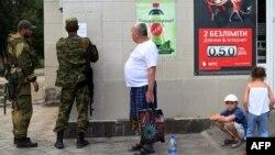 Сепаратисти в Новоазовську клеять своє оголошення, фото 29 серпня 2014 року