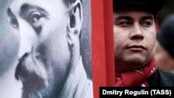 Участник шествия КПРФ, приуроченного к годовщине Великой Октябрьской социалистической революции