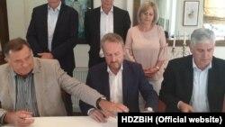 Izetbegović, Dodik i Čović su potpisali Principe za formiranje vlasti na državnom nivou 5. avgusta, u prisustvu šefa delegacije EU Larsa Gunara Wigemarka