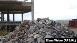 """Блоки разобранной части дома в микрорайоне """"Бесоба"""". Караганда, 3 октября 2012 года."""