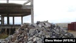 """На месте рухнувшего дома в микрорайоне """"Бесоба"""". Караганда, 3 октября 2012 года."""