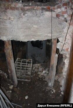 Частично раскопанный коридор в музее НКВД