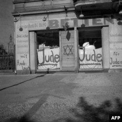Гэтая фатаграфія зроблена ў Бэрліне ў лістападзе 1938 году. Цяпер тэзіс пра сусьветную габрэйскую змову выказваюць у больш завуаляваных формах