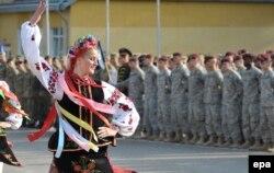 """Украинская танцовщица перед военнослужащими НАТО во время начала учений """"Быстрый трезубец"""". 15 сентября"""