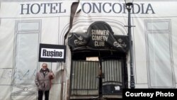 Protestul arhitectului Șerban Sturdza în fața clădirii ruinate a Hotelului Concordia în care s-a semnat alegerea principelui Alexandru Ioan Cuza