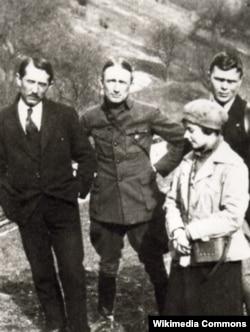 Зліва направо: Євген Коновалець і Андрій Мельник. Околиця Відня, 1921 рік