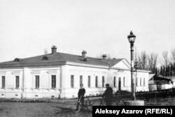 Здание женского училища в Алматы, спроектированное Полем Гурдэ. Здание сохранилось до наших дней, но сильно видоизменилось.