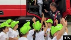 Преди инцидента на децата са били показани полицейска и пожарна кола. Снимка: БТА