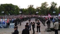 Pristalice vlasti i opoziciije ispred Skupštine Srbije